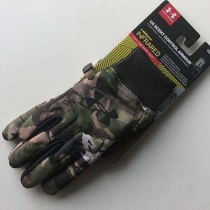 Boys Under Armour camo gloves